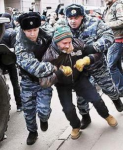 Pavel Bardin detained by police. Photo by Novyye Izvestiya