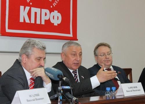 Nikolai Kharitonov, center