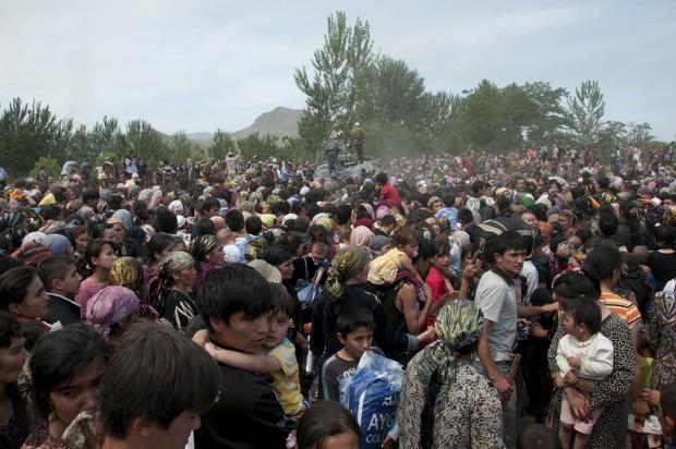 Ethnic Uzbek refugees flee from Kyrgyzstan into Uzbekistan in June 2010. AP Photo/D. Dalton Bennett)